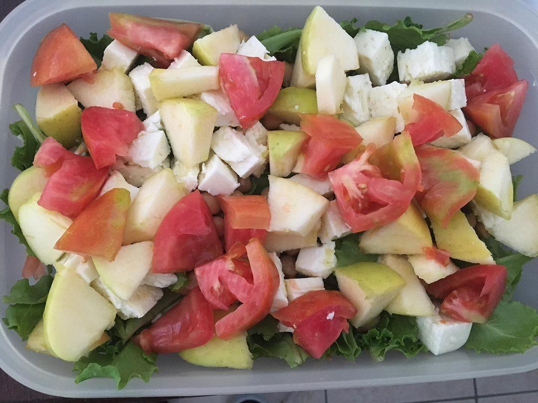 SCHISCETTA TIME😂 PRANZO in spiaggia🏖: insalata mista🥗 con feta light, mela, pomodori, ceci e un filo di olio EVO. Sì tranquilli c'era anche l'insalata, ma è sommersa dal resto 😂. Vabbè buon appetito! (Questa porzione l'ho divisa con mio padre)
