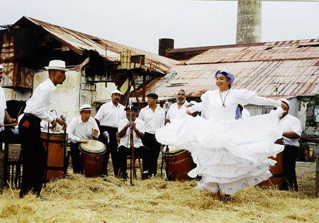 Bomba es un tipo de baile en Puerto Rico .
