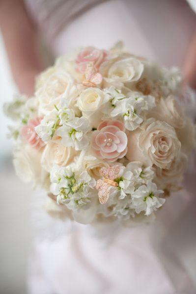Bouquet mariée , Fleurs artificielles blanches et rose pâle + petits  papillons