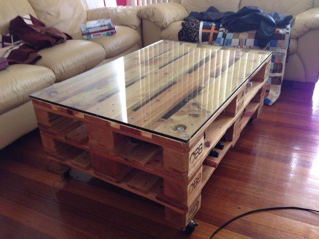 tutoriel pour r aliser une table basse en palette de style industriel une table basse au style. Black Bedroom Furniture Sets. Home Design Ideas