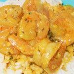 Preparando los camarones en salsa de coco
