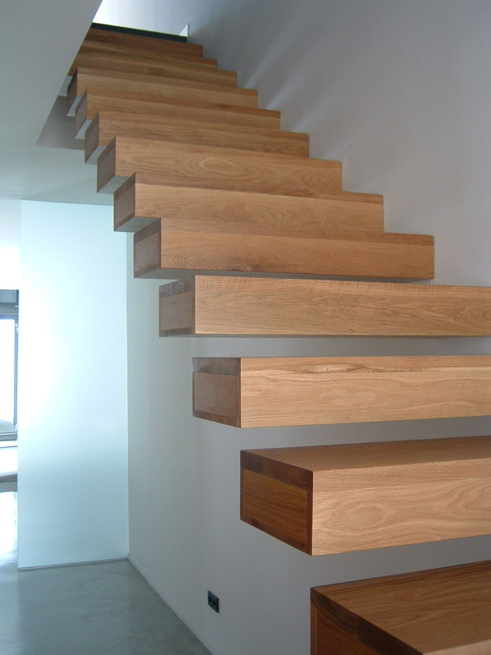Escalera con pelda os volados interiorismo for Escalera de madera 5 pasos