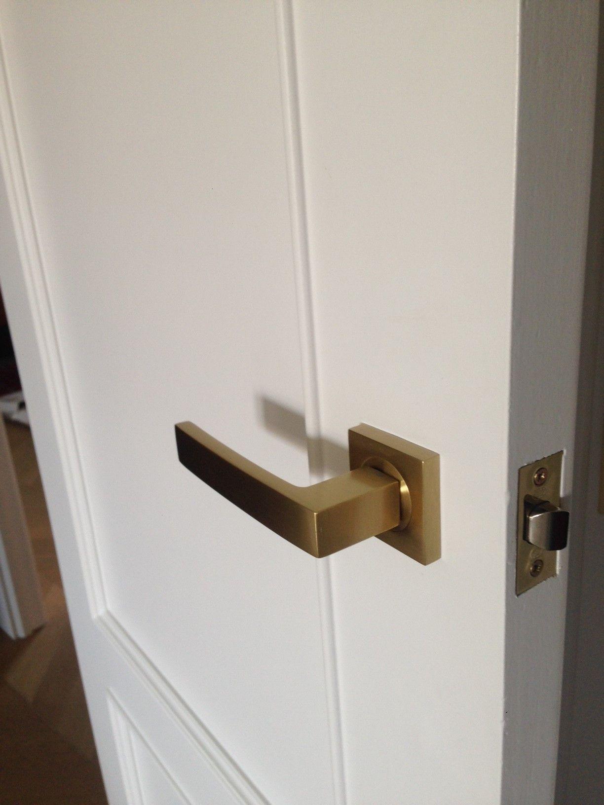 Juego de manillas angolo en laton mate sobre puerta lacada - Manillas puertas rusticas ...