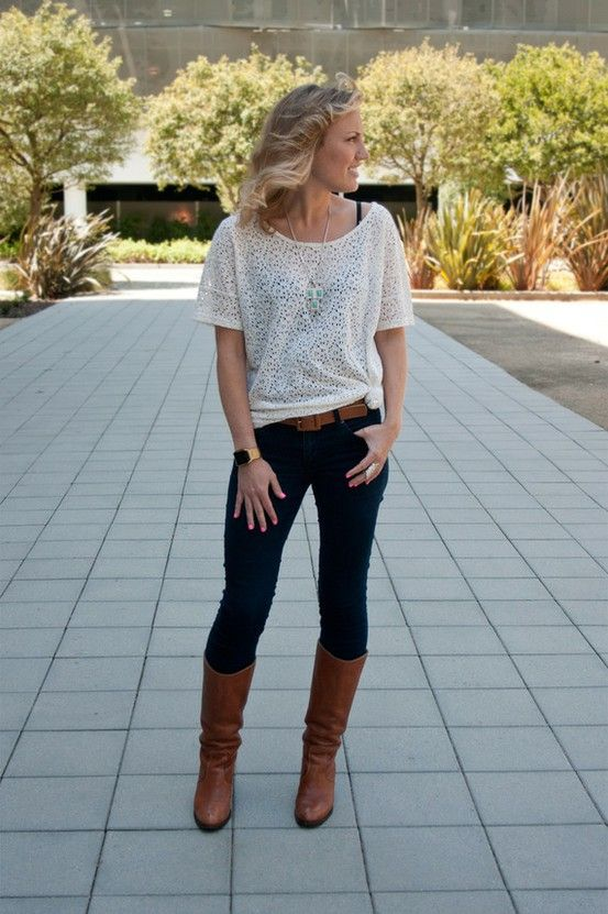dark blue or black skinny jeans with brown boots and a loose round neck  white tshirt.