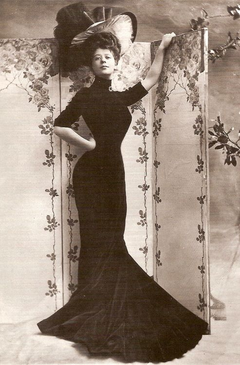 Camille Clifford, Gibson Girl model. The Gibson Girl was defined as an emancipated post Victorian era woman, who wore daringly tight corsets to create an hourglass figure.She wore her hair long, and pulled it back into an updo bouffant or pompadour style. (Camille's corseted waist was reportedly 18 inches.)