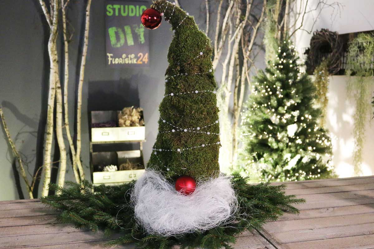 Wunderschner Weihnachts Wichtel Aus Tanne Eibe Wacholder Oder Konifere Die Deko Idee Fr Haus Amp Garten Auf Dem Ladder Decor Christmas Wreaths Home Decor