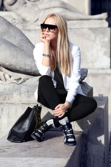 Sneakers with a blazer make a super chic and effortless day outfit. Love it!!!