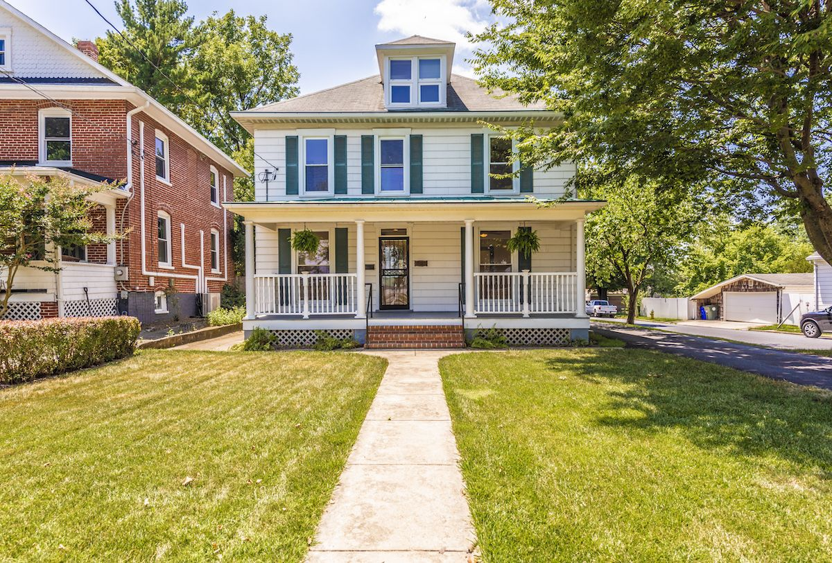Tammy Barnes Of Team Reeder With Long Foster Real Estate Just Listed 600 E Patrick Street Frederick Md 21701 Beauti Pine Floors House Styles Granite Kitchen