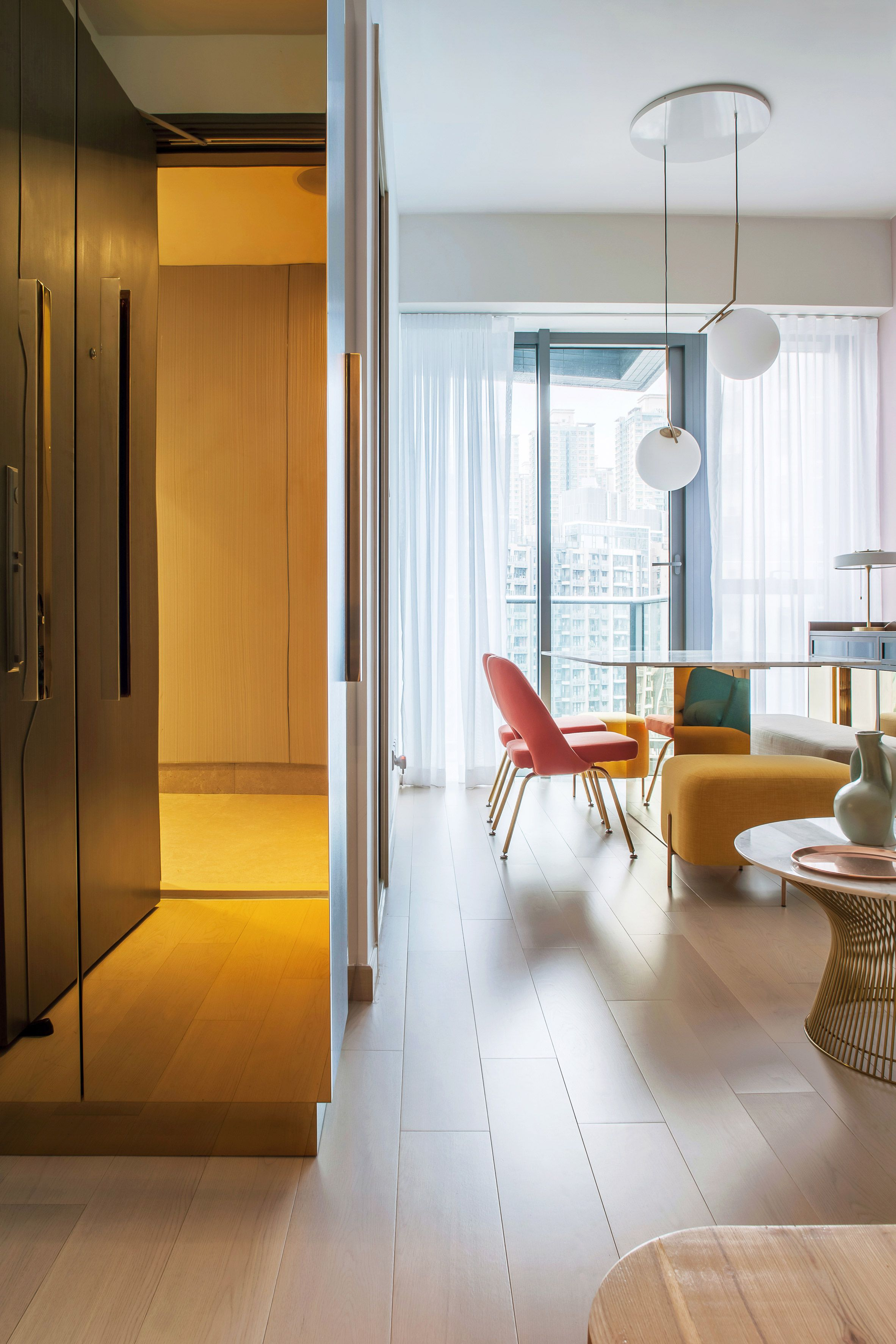 Yellow Turquoise And Coral Pink Furnishings Brighten This Previously Colourless Apartment In Hong Kong Which Has Diseno De Interiores Disenos De Unas Hogar