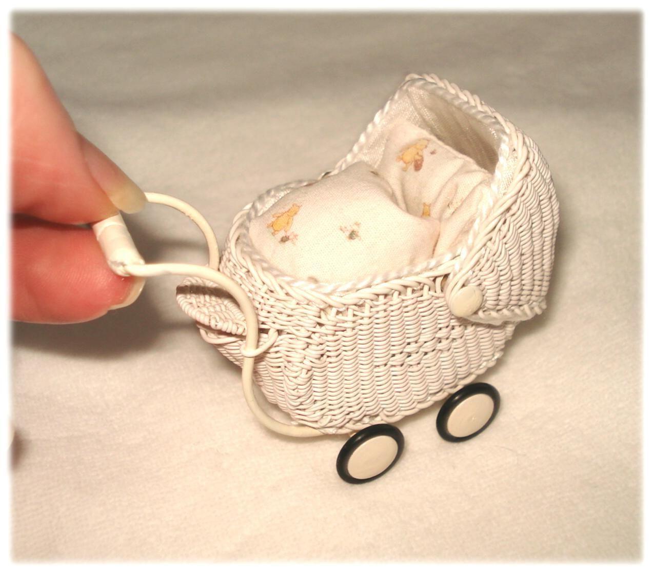 Mega süßer miniaturen flechte babywagen mit verdeck und