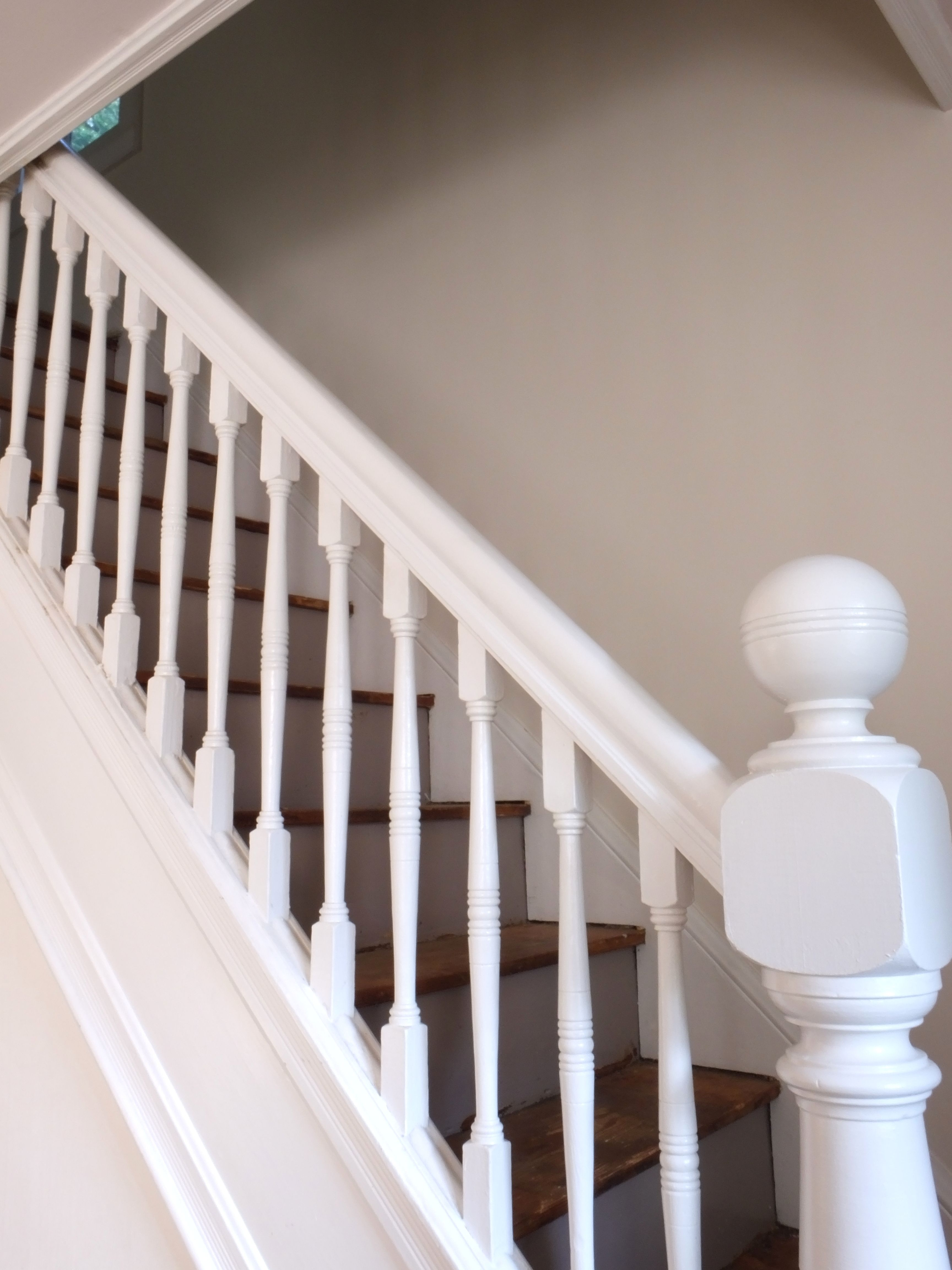 Best Carpeted Stairs White Baluster All White Banister 640 x 480