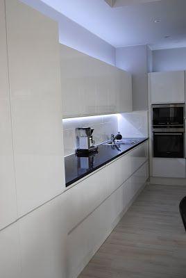 Sain kommenttiboksissa kysymyksen, että mitä materiaalia keittiömme välitila on. Rakennusaikana suunnittelin välitilaan lasia, mutta siihen ei sitten kuitenkaan päädytty. Lopullinen valinta oli iso valkea laatta. Laatan koko on 90 cm …
