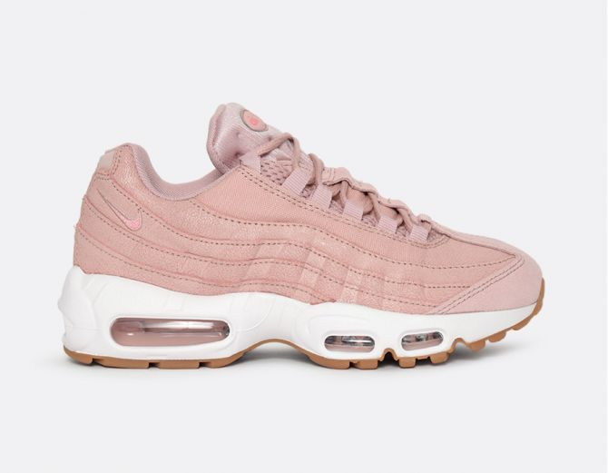 air max 95 rose p le port e avec un jeans noir un top blanc et une veste en jeans boyfriend w. Black Bedroom Furniture Sets. Home Design Ideas