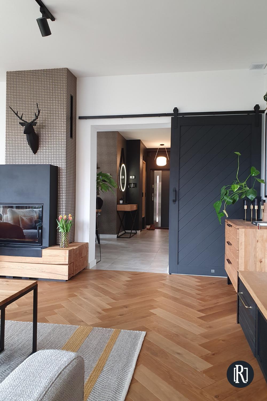 Czarne Drewniane Drzwi Przesuwne W Salonie Reno Drzwi Home Room Design Living Room Design Inspiration Minimalist Home Interior