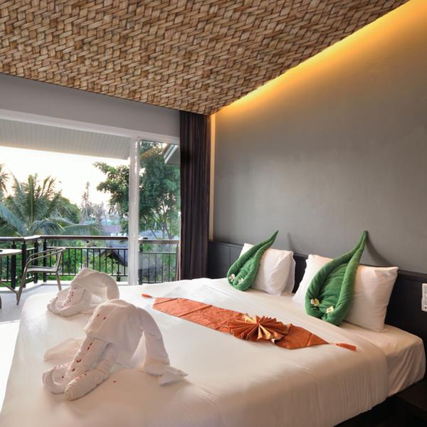 アジアンな空間にぴったりのラタンの壁紙 天井に使用してリゾート感