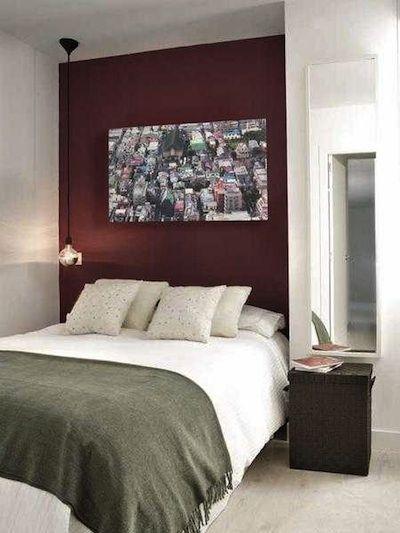 Délimiter la tête de lit avec un élégant coloris bordeaux ...