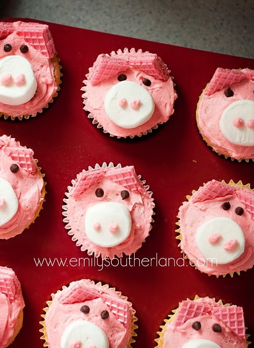 Cute Pink Pig Cupcakes - uses pink sugar wafer cookies for ears, marshmallow for nose, mini chocolate chips for eyes and pink frosting. Making these some time!!!