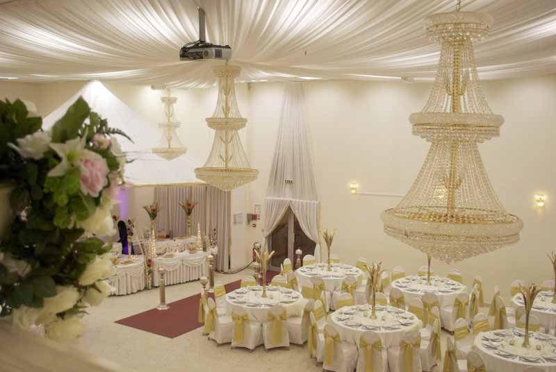 Mariage marocain , déco magnifique en blanc et doré