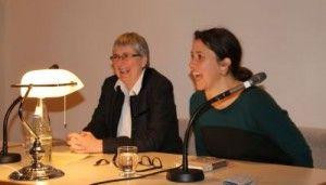 """2 Buchhändlerinnen auf den Stuttgarter Buchwochen: Petra Hartlieb, gleichzeitig auch noch Autorin, stellte ihr Buch """"Meine wunderbare Buchhandlung"""" vor, ich stellte ihr schlaue Fragen. Wir auf dem Podium und das Publikum hatten eine Menge Spaß dabei!"""
