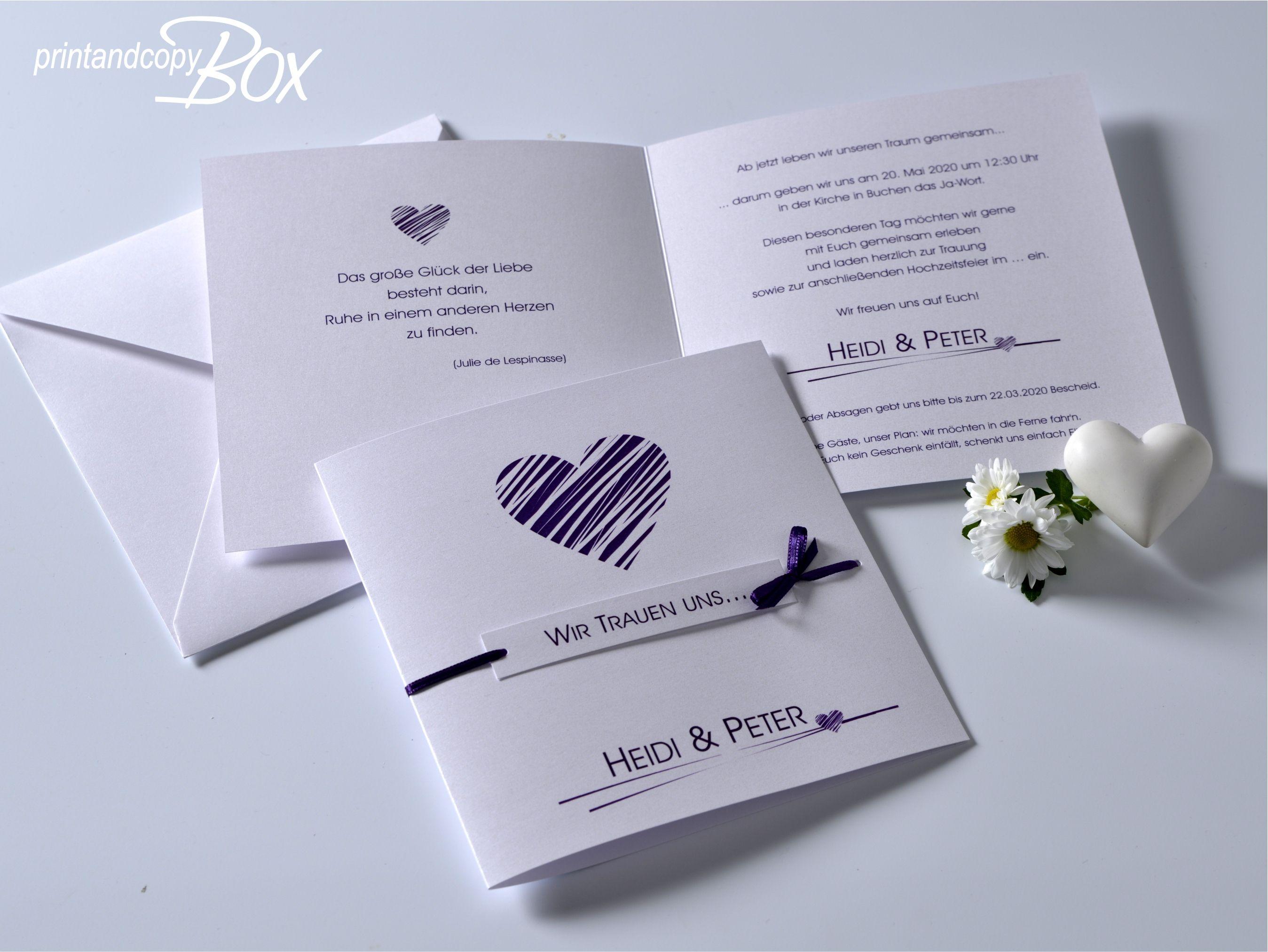 Hochzeitseinladung mit einem Herz in lila