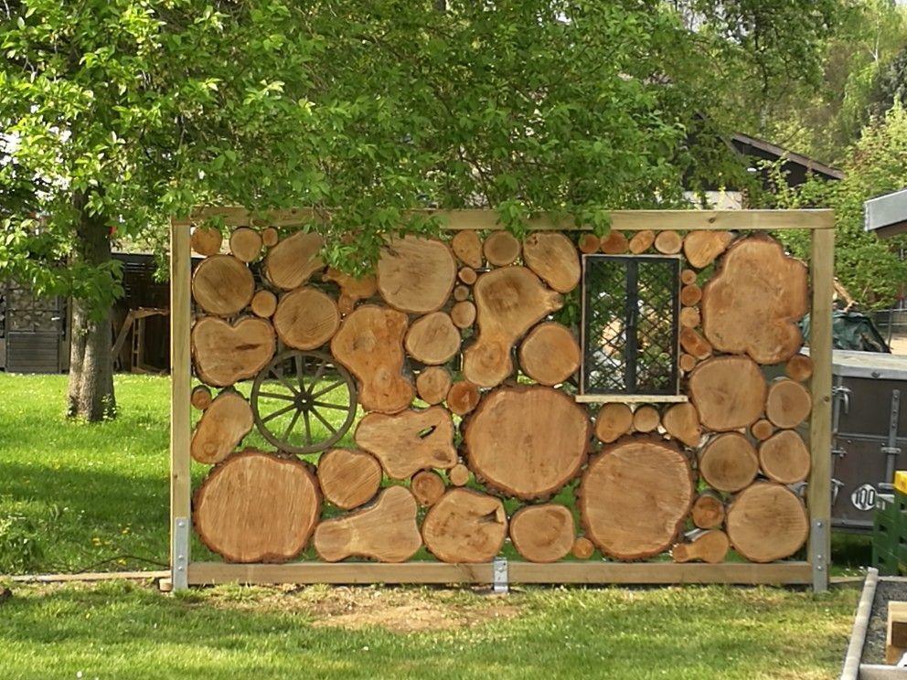 Sichtschutz aus Baumscheiben Balkenträger im Boden mit Gartenbeton einsetzen, … – My Blog