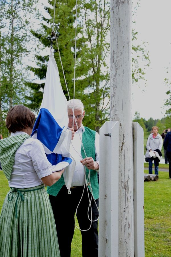 Perinteiset juhannusiltamat alkavat lipunnostolla ja lippulaululla. Oulu (Finland)