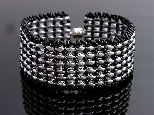 Náramok šitý z korálok superduo matnej striebornej farby v kombinácii s čiernymi korálkami. Vhodný na každú príležitosť......