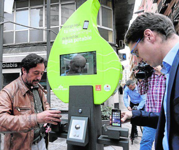 La plaza Cetina alberga desde ayer el primer punto de carga de móviles gratuito, que funciona a través de la energía generada por la red de agua potable. Murcia se convierte así en la primera ciudad de Europa en la utilización de la energía minihidráulica aplicada a las telecomunicaciones en la vía pública, dentro de las iniciativas Smart Murcia. «Se trata de un dispositivo de última generación de libre acceso, que permite cargar la batería de teléfonos móviles y tabletas utilizando la…