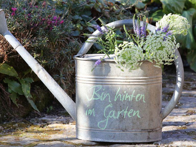 Beschriftete Giesskanne Alte Ziegel Gartentipps Gartenschilder