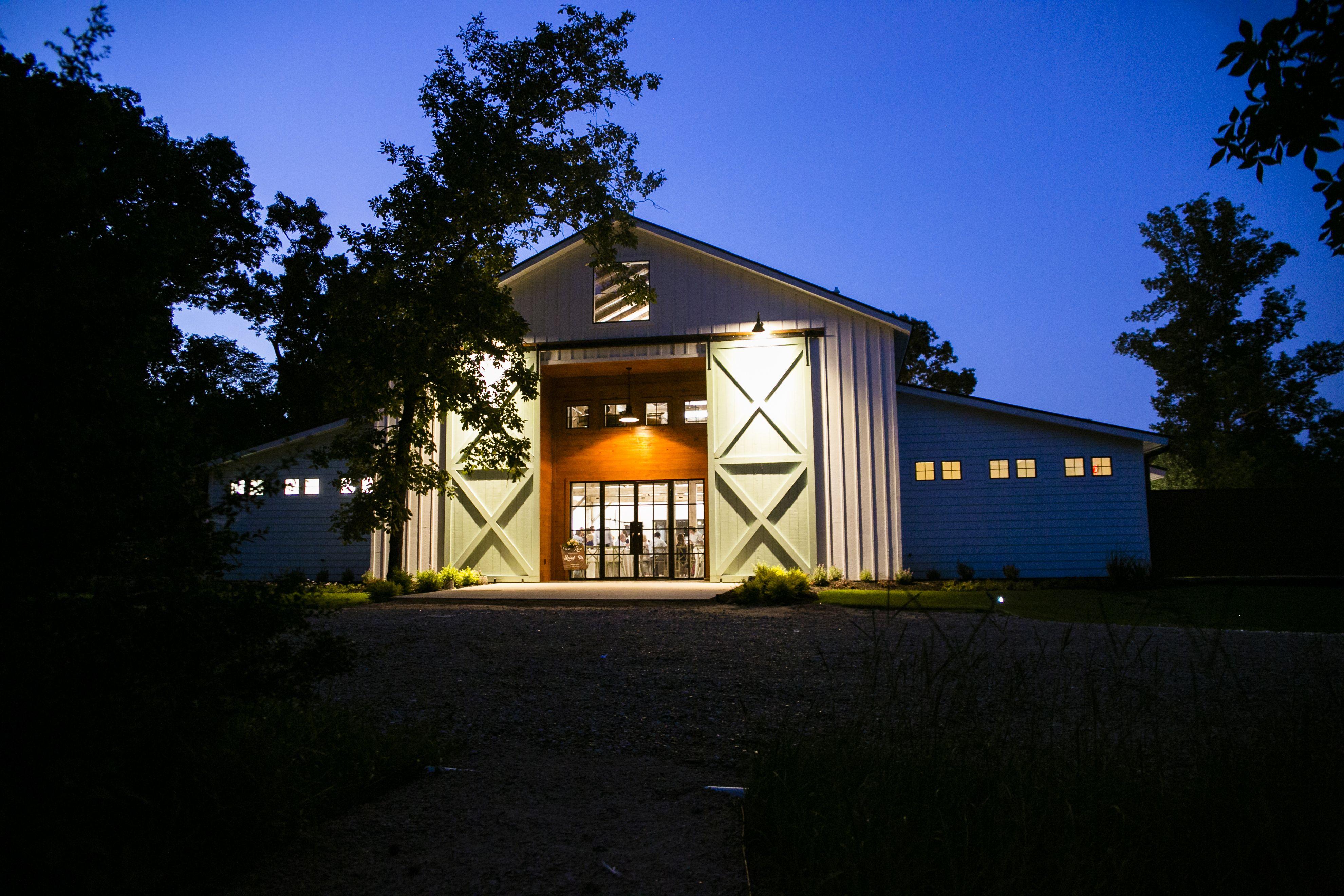 The Meekermark wedding barn in Magnolia, Texas at sunset