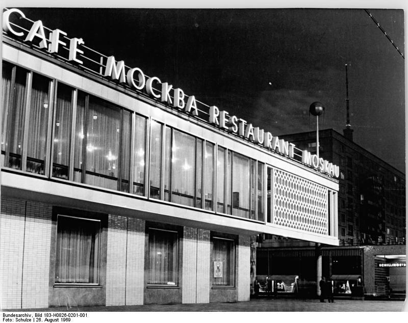 Zentralbild M.Schulze-26.08.69 Berlin: DDR-Hauptstadt bei Nacht. Restaurant Moskau in der Karl-Marx-Allee.