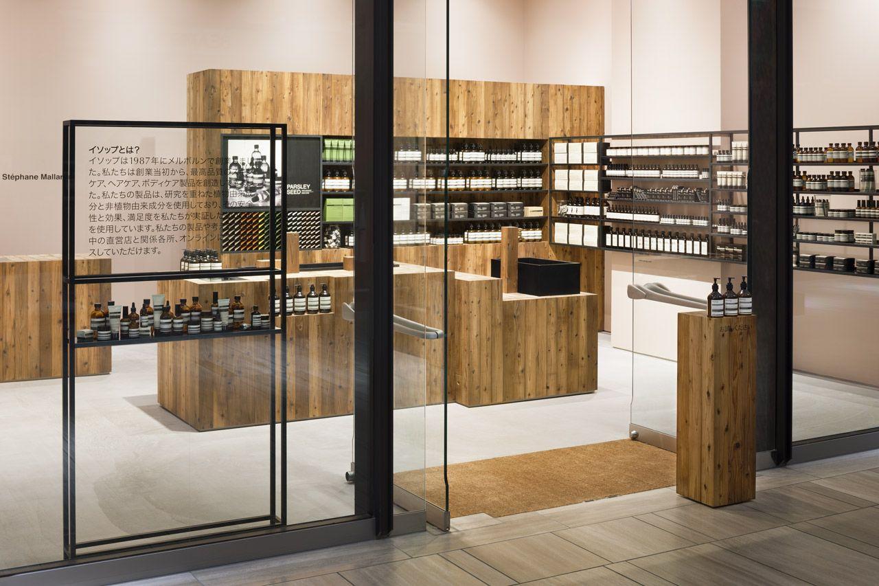 Le Cabinet Japonais Torafu Architects A Concu Le Magasin Aesop Dans Le Grand Centre Commercial De La Ville D Osaka P Pharmacie Design Design De Magasin Design