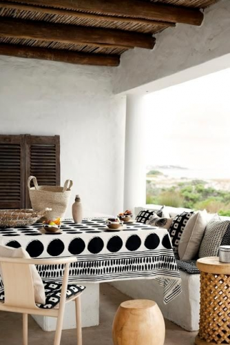 love this!! white and black colors + wood and terracota = bliss!
