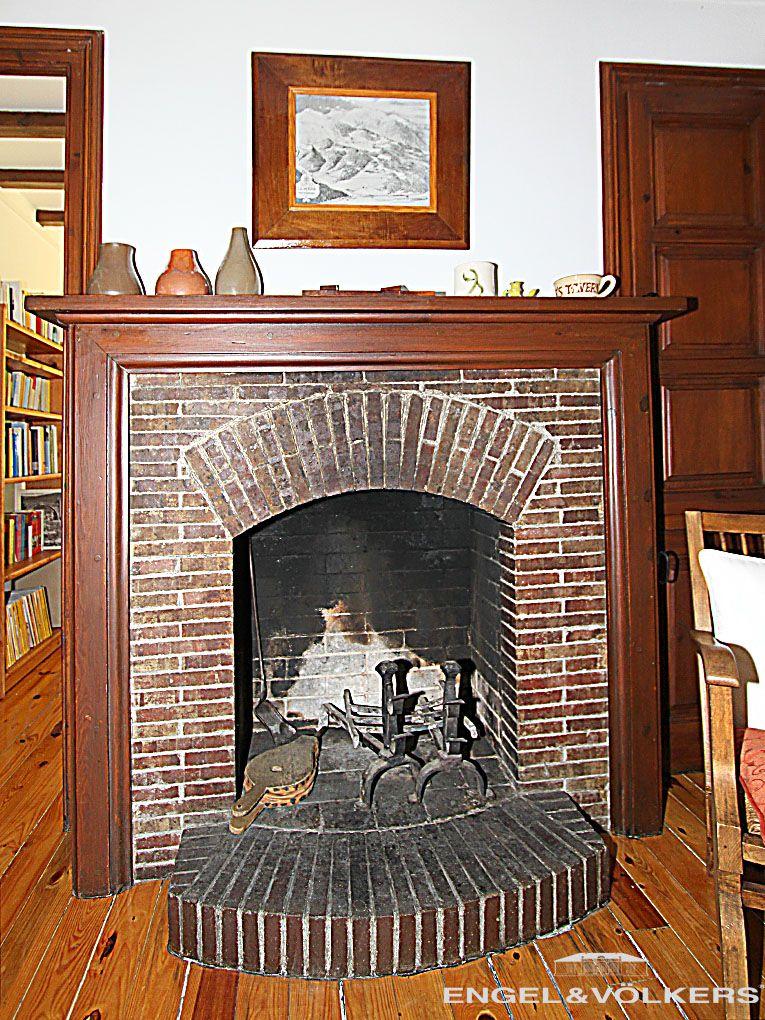 Chimenea de ladrillo con marco de madera en un chalet de for Chimeneas de madera