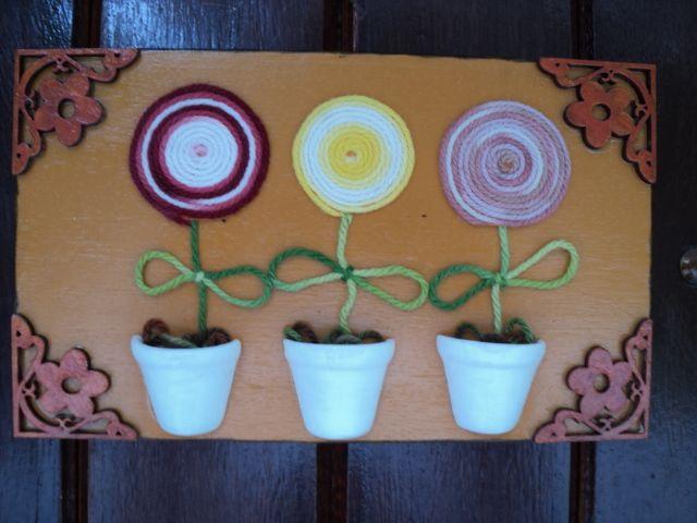 Quadro com florzinhas de lã
