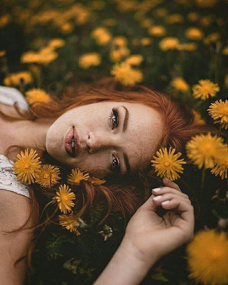 Frauen Porträt Fotografie rote Haare gelbe Blumen Blumenwiese Sommersprossen Foto Idee kreativ Frühling Sommer #frühlingblumen
