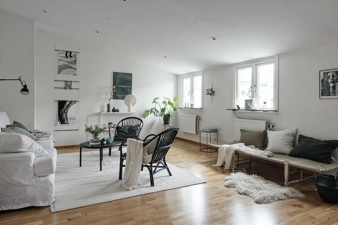 een zwart wit interieur in dit knusse zolderappartement roomed