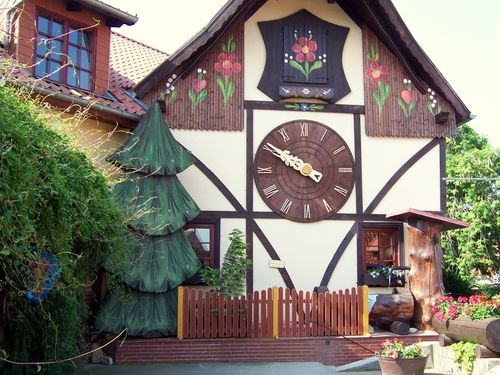 Travelogue of An Armchair Traveller: World's Biggest Cuckoo Clocks: Gernrode, Germany - Thisgiant cuckoo clock (whose cuckoo appears every fifteen minutes) was made by the Harz Clock Factory GmbH. At one time (1998) it reportedly was listed in the Guinness Book of Records.