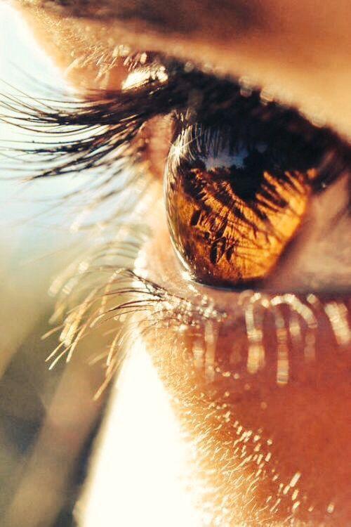 Карие глаза в слезах картинка