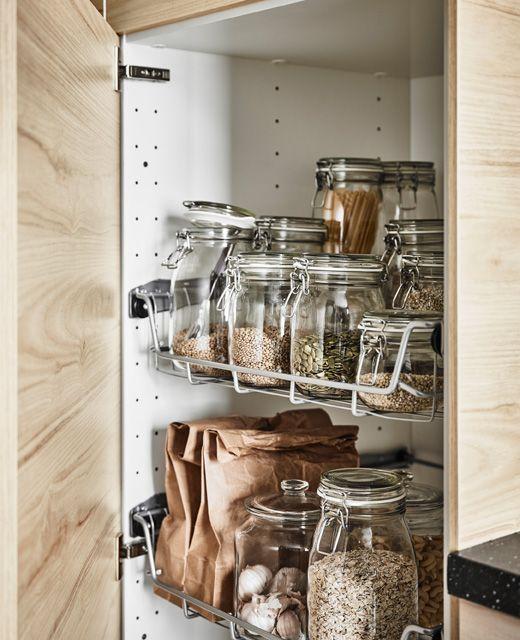 h jskab med l ge af ask st r bent og viser tr dkurve fyldt med transparente glas med l g hjem. Black Bedroom Furniture Sets. Home Design Ideas