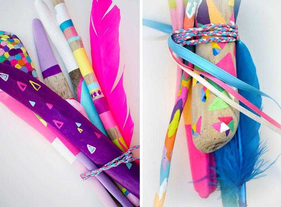 palos pintados con plumas fluor