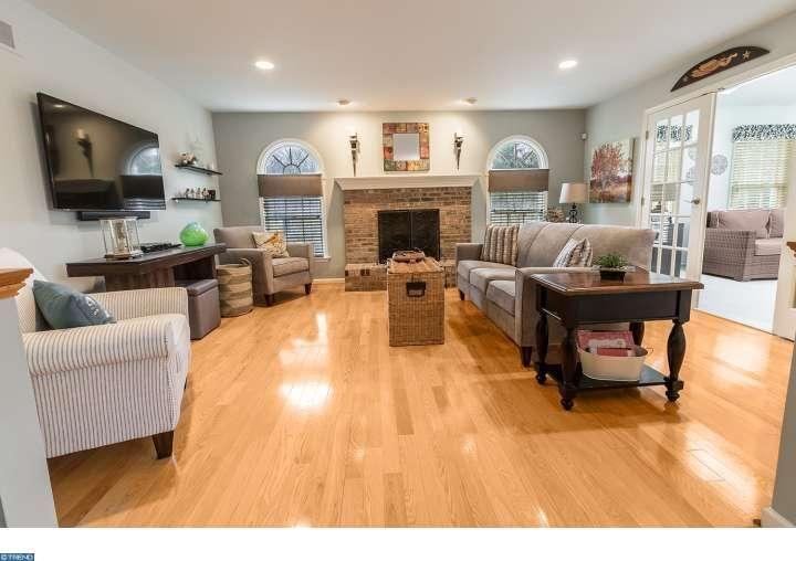 Traditional Living Room With High Ceiling Built In Bookshelf Hardwood Floors Oak Floor Living Room Living Room Wood Floor Living Room Ideas Oak