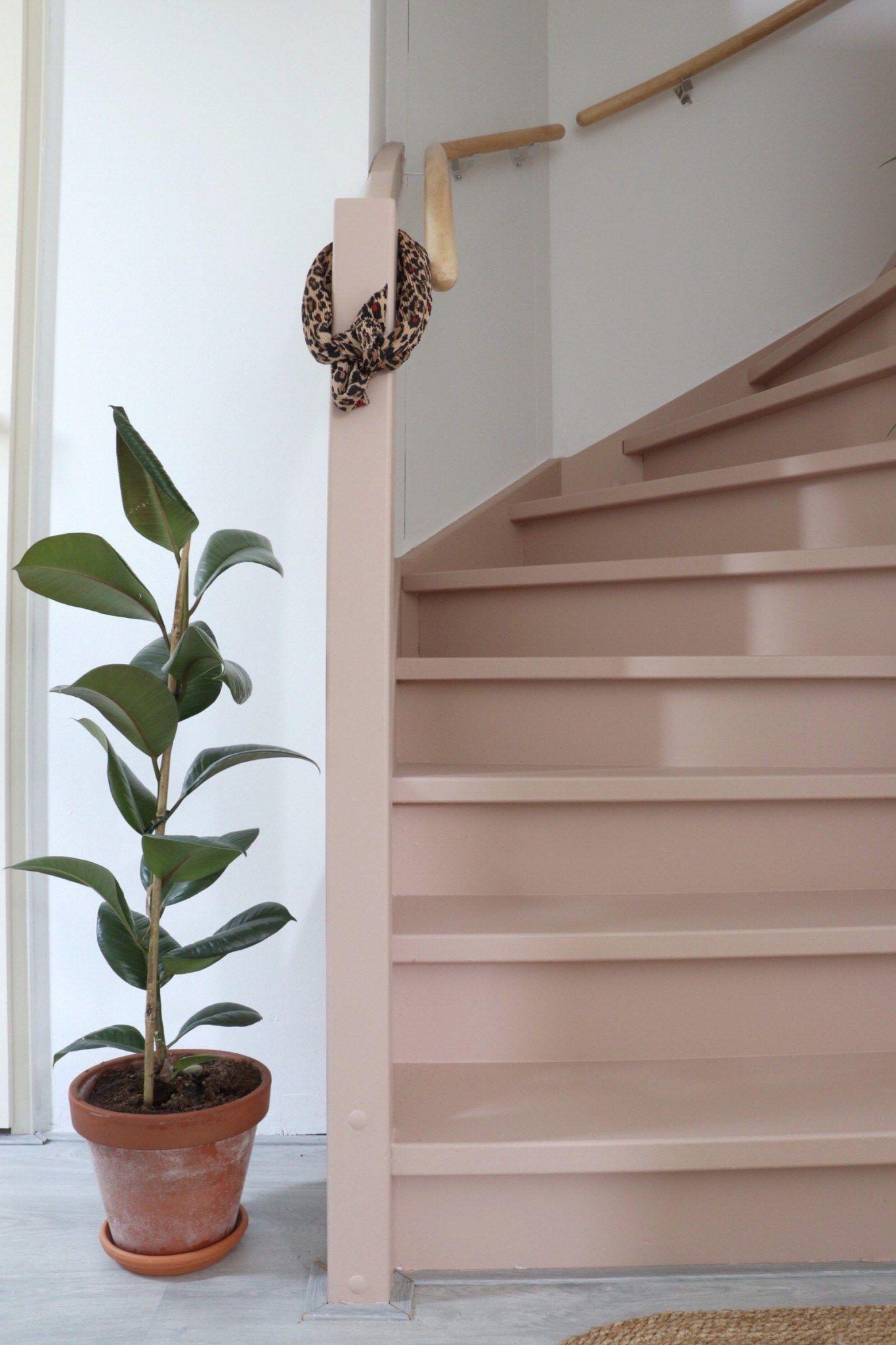 Een roze trap in een Scandinavisch en boho interieur.