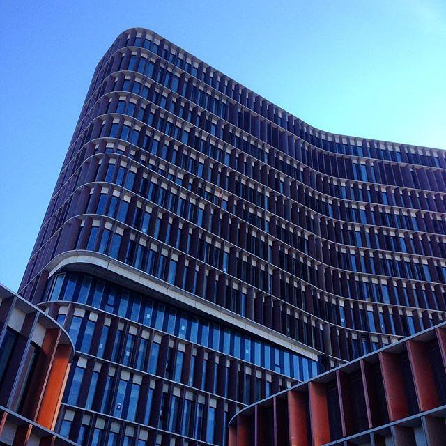 Blå himmel over byggepladsen idag #maerskbuilding set fra #varegården, #panum, #københavn, #copenhagen, #nørrebro, #byggepladsen