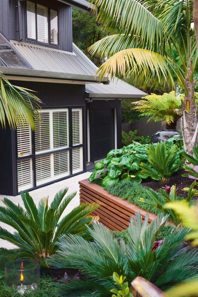 Black house w/ tropical garden... | Style crole ...