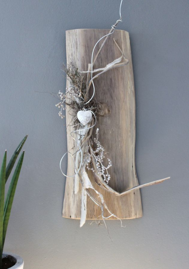WD66 – Wanddeko aus altem Holz! Altes Eichenbrett, natürlich dekoriert mit Materialien aus der Natur und einem Ornamentherz! Kann auch waagrecht angebracht werden! Preis 49,90€ #altesholz