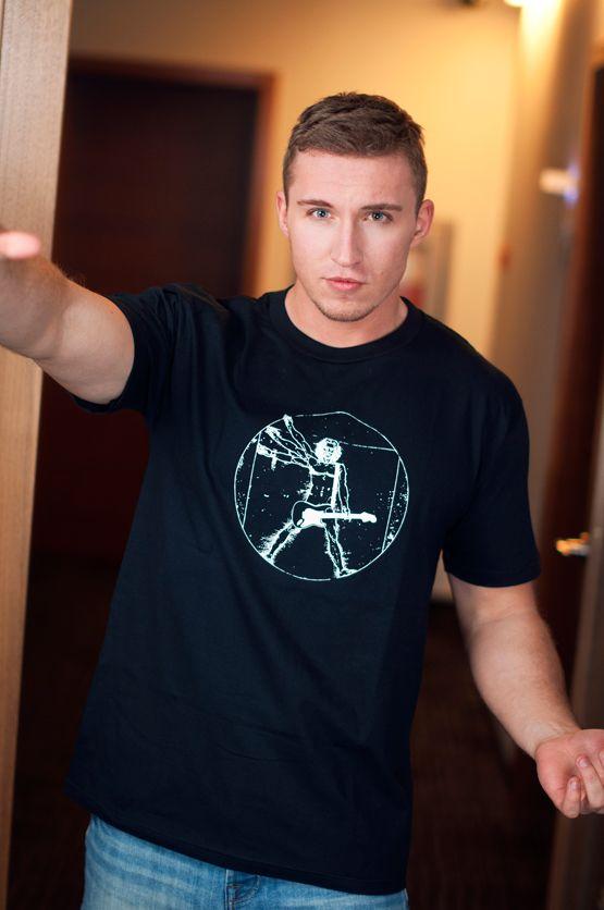 T-shirt Rock Da Vinci Dit rechte model T-shirt voor mannen is gemaakt van voorgekrompen ringgesponnen katoen en heeft een opdruk van Da Vinci's Vitruvian man als rock gitarist. De hoge kwaliteit en goede verwerking zijn zichtbaar in de dubbele naden aan de mouwen en de zoom en de tweevoudig gelegde kraag in 1X1 ripp.
