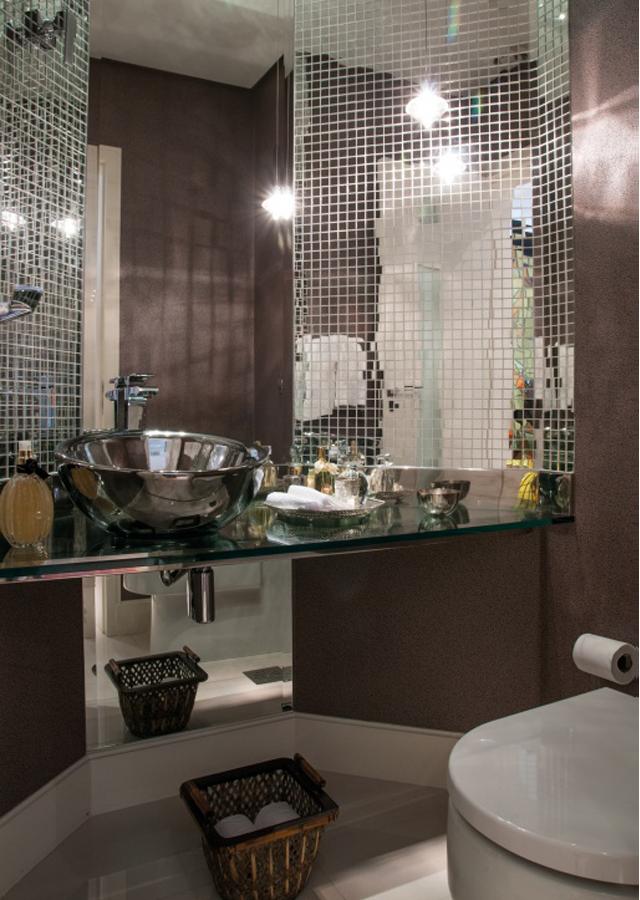 Lavabo com parede marrom escuro, bancada de vidro, cuba metálica  Lavabos  -> Cuba De Vidro Para Banheiro Suja Muito
