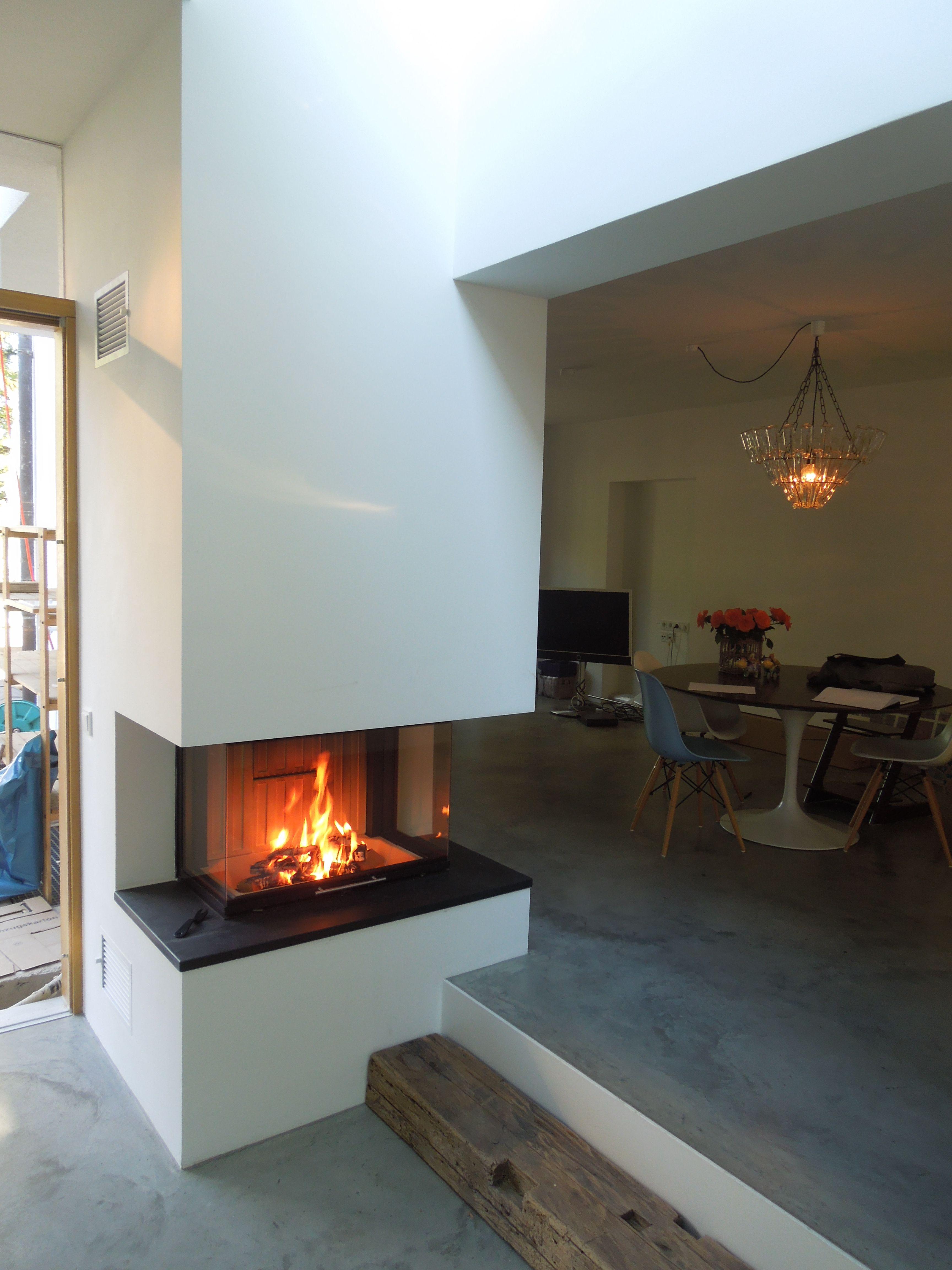 Panorama Kamin In Treppe Integriert. Schlicht Weiß Gemauert Mit Einem  Feuertisch Aus Anthrazitfarbigem Naturschieferstein