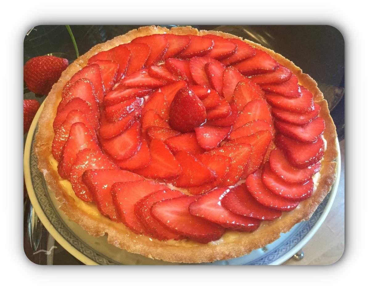 Pour fêter la saison gourmande des fraises qui débute, j'ouvre le bal avec l'incontournable et délicieuse Tarte aux fraises. Ingrédients pour 6 personnes (moule de 21 cm de diamètre) : - 500 g de fraises La pâte sucrée : - 200 g de farine - 100 g de beurre...